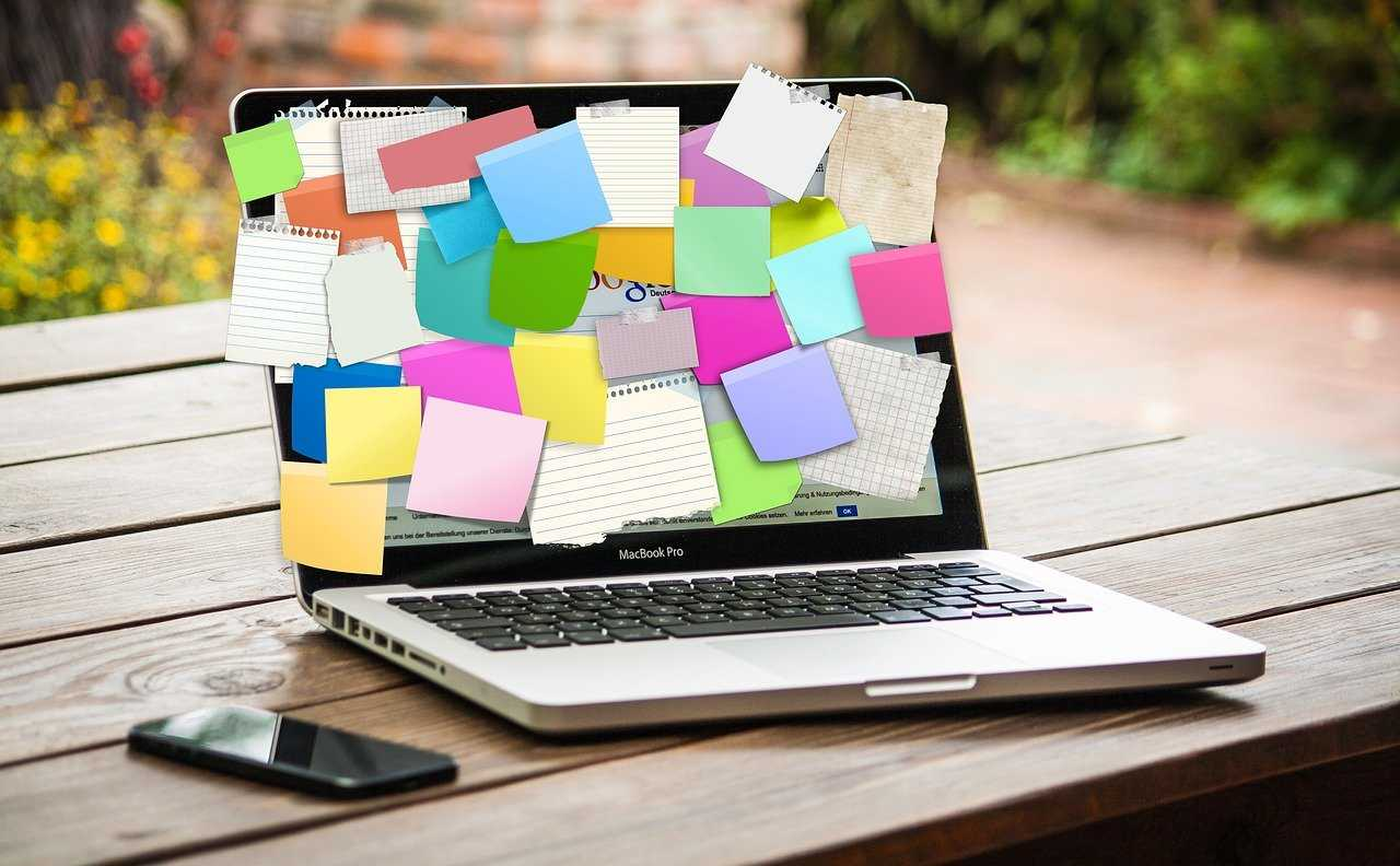 Post it notes op laptop